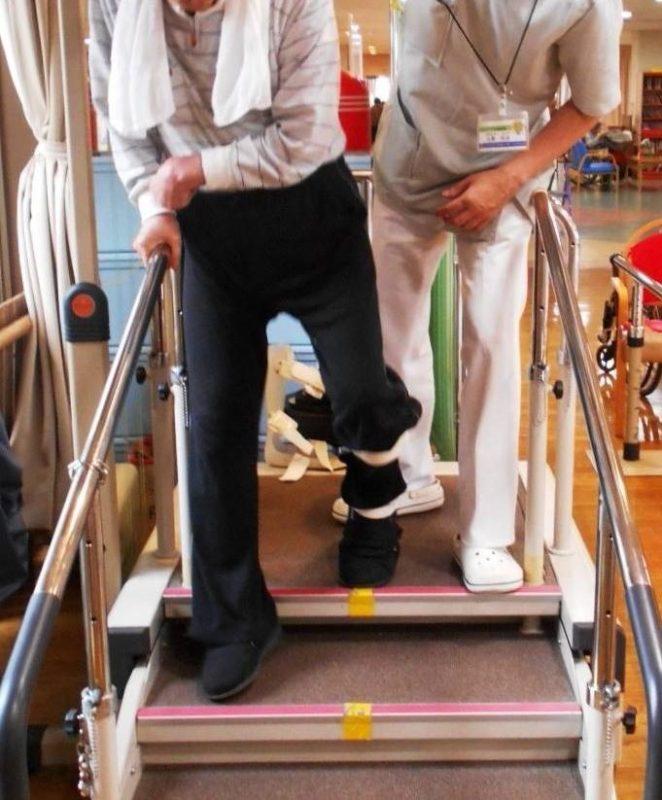 階段を降りる時に健側下肢から降ろす写真