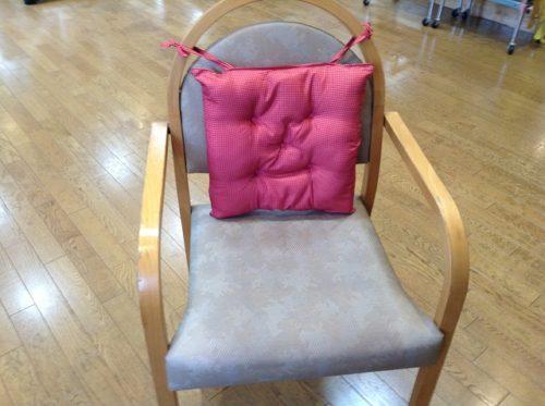 椅子にヒモで縛って使用する。背骨の変形に沿ったカーブを描いているので、総額350円の品としては心地よい背当てになると思う。