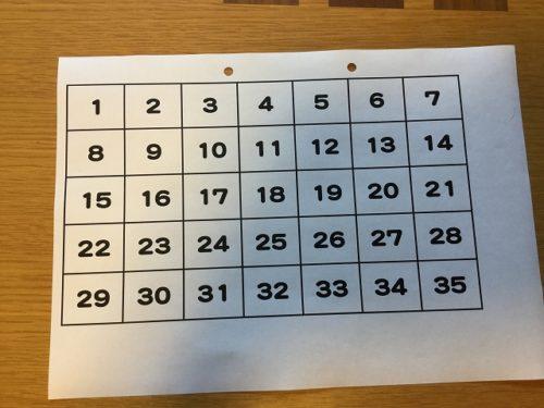 ①A4用紙に35マスの格子を作成し、数字を順に記入する。