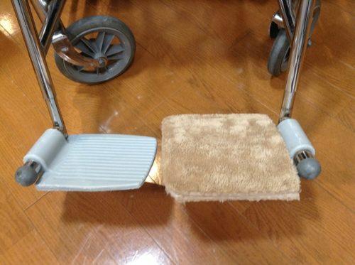 車椅子フットレスト、ふわふわジョイントマットを被せる
