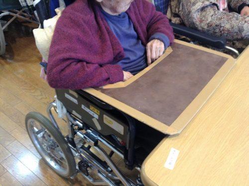 防水スプレーで色を塗ったら綺麗。車椅子用食事テーブル。