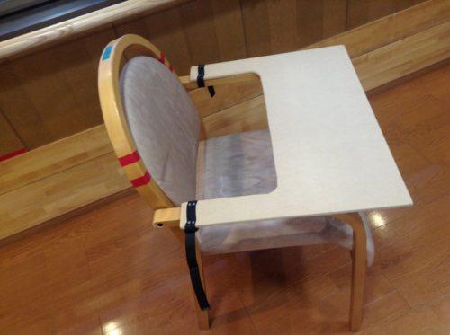 椅子に付けることも出来る(ただし、木材を切るときは横幅に気を付けよう!)   車椅子用食事テーブル。