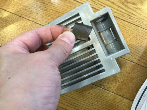 この板バネが車いす本体の支柱に押さえつけられて、摩擦の役目を果たしているのだ。