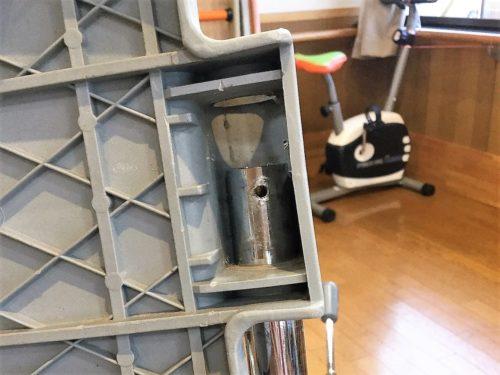 ⑥次に、車椅子本体の支柱にフットレストを「半分」だけ通す。